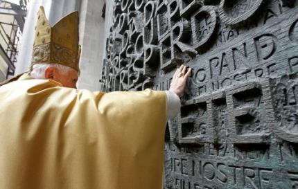 Paus wijdt basiliek Barcelona in