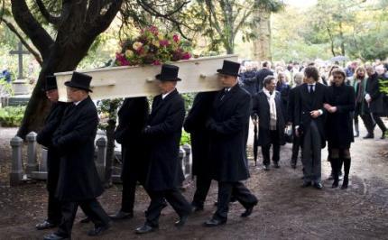 Honderden mensen bezoeken graf Mulisch