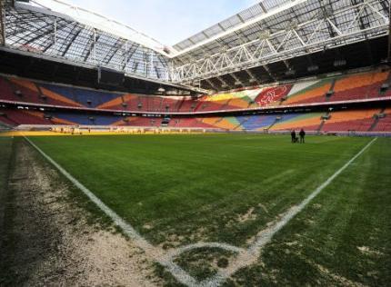 Ajax traint in ArenA met publiek