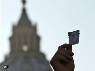 Vaticaan bekritiseert condoomautomaat in school