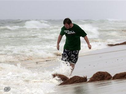 Hoge golven jagen olievegers naar de wal