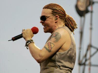 Guns N' Roses met flessen bekogeld