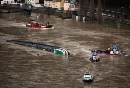 Berging van tanker in Rijn begonnen