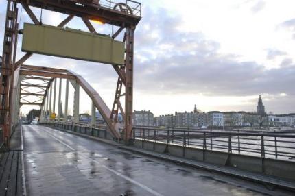 Binnenvaartschip botst tegen spoorbrug