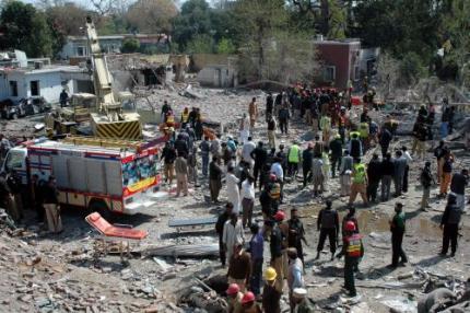 Autobom doodt Pakistanen bij tankstation