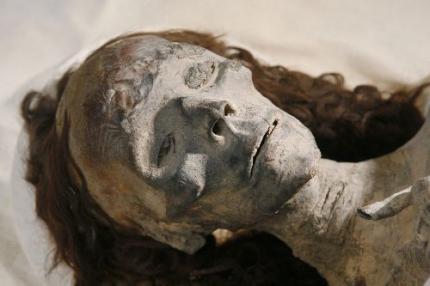 Verzamelaar geeft extreem oude mummies terug