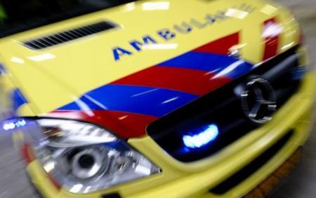Ambulance rijdt tegen muur op provinciale weg