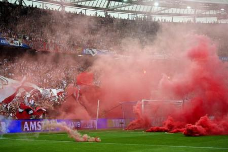 Ajax-supporters vernielen bussen