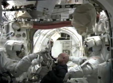 Ruimteafval scheert rakelings langs ISS