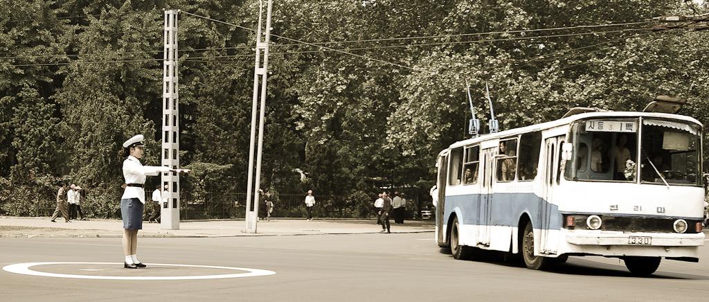 Bus, Please Keep LEFT! 111219_158292_noordkorea-4