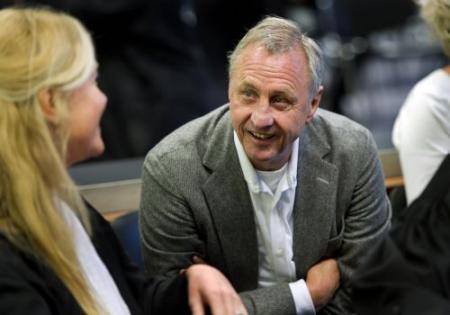 Cruijff: Ajax wordt in wurggreep gehouden