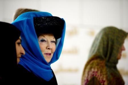 Koningin hult zich in abaya voor moskeebezoek