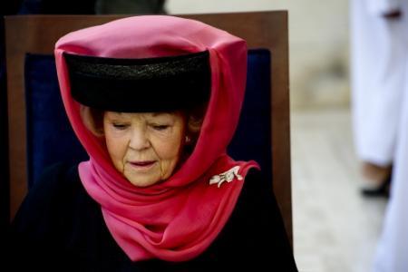 Koningin houdt hoofd bedekt bij bezoek moskee
