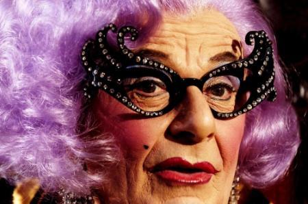 Gordijn sluit voor Dame Edna