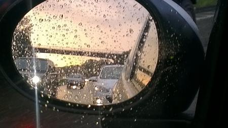 Ochtendspits in de regen.