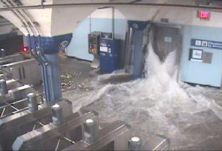 Water stroomt door liftschacht new york subway