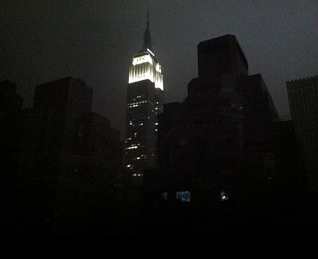 Empire State building straalt als een baas in de duisternis.