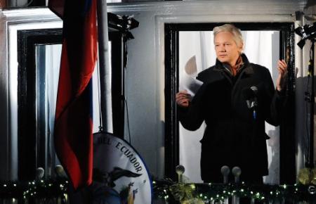 Assange lijkt het zat in de ambassade
