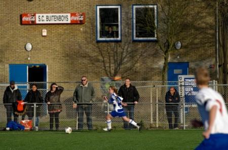Clubs hervatten voetbal na dood grensrechter