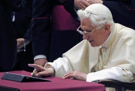 Paus twittert nu ook in Latijn