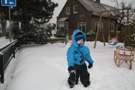 Zoontje in de sneeuw