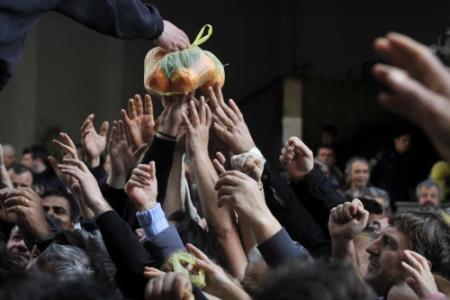 Duizenden Grieken in de rij voor gratis eten