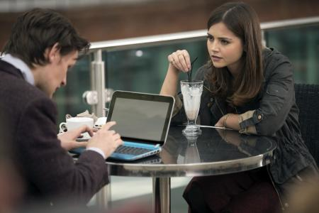 Doctor Who: The Bells of Saint John - Doctor en Clara met laptop