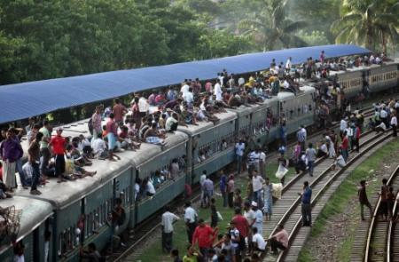 Demonstranten laten passagierstrein ontsporen