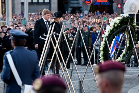 Koning Willem-Alexander en koningin Maxima leggen een krans