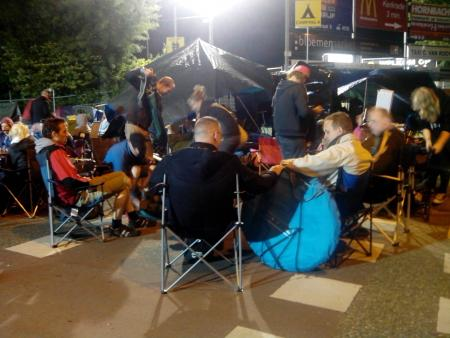 De sfeer bij de ingang van Camping A om 4.00 uur (Foto: Jordy de Muijnk)