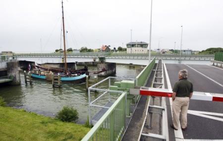 Brug in Afsluitdijk tot maandag gestremd