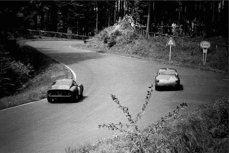 De Nürburgring in 1963 nog zonder vangrails langs de baan (WikiCommons/Lothar Spurzem)
