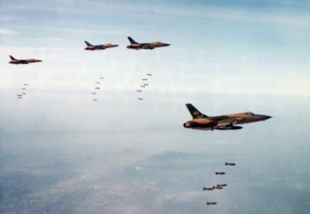 F105D's gooien bommen op Vietnam, laat-sixties