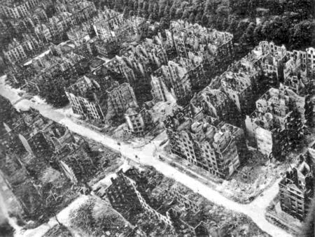 Wijk in Hamburg; hele stad vergelijkbaar. Copyright bij Duits Bundesarchiv.