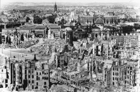 Binnenstad Dresden na oorlog. Copyright Duits Bundesarchiv.