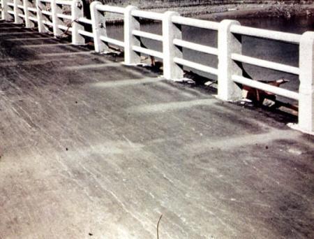 Schaduwen op brug na hitte atoombom