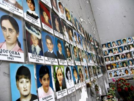Foto's slachtoffers in school Beslan. Copyright Aaron Bird, CC-BY-licensie.