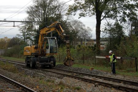 Uitgraven van ballast rond het beschadigd spoor (Foto: dennistd)