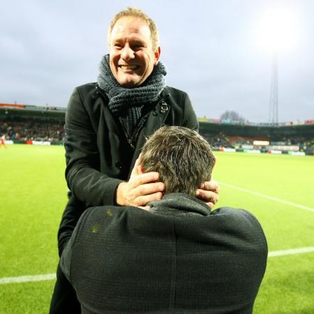 Heracles Almelo trainer Jan de Jonge (l) viert de 2-0 en de overwinning met assistent John Stegeman. Wat is hier gaande? (Foto Pro Shots)