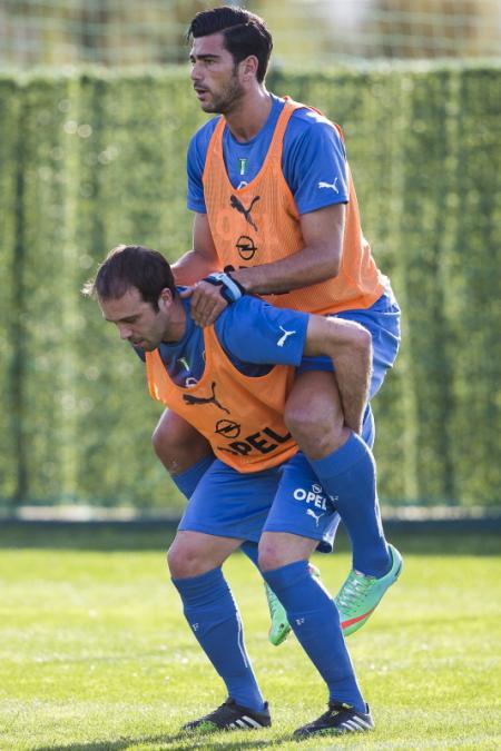 Tijdens het trainingskamp van Feyenoord werd er hard getraind. Hier zijn Graziano Pellè en Joris Mathijsen druk bezig, maar wat is hier allemaal gaande? (Foto: Pro Shots)
