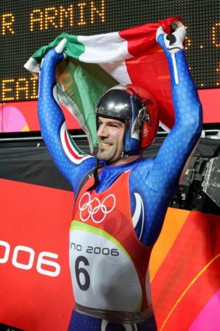 Armin Zöggeler verdedigt in 2006 voor zijn thuispubliek met succes zijn olympische titel (Foto: Pro Shots)