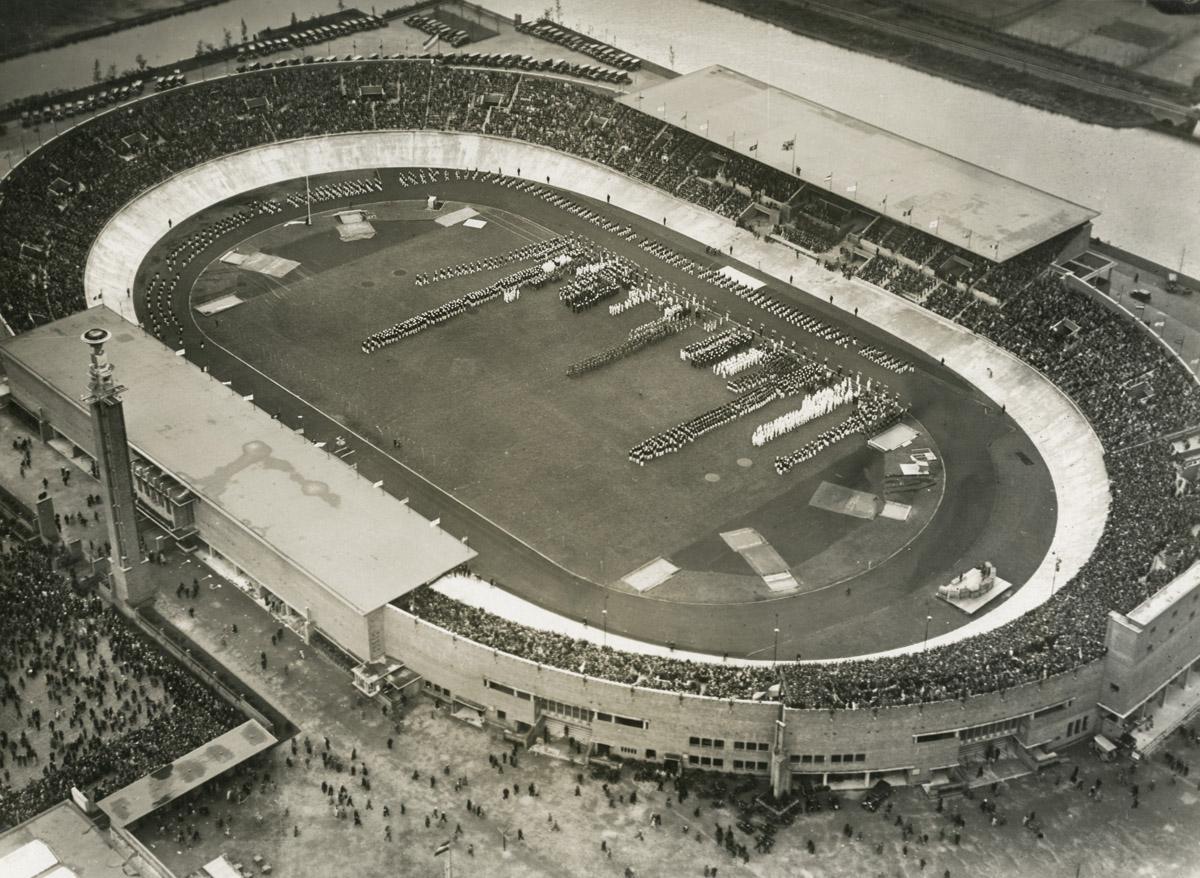 Het Olympisch Stadion in Amsterdam dat werd gebouwd voor de Zomerspelen in 1928. Na de komende Winterspelen in Sochi zal het stadion het decor zijn voor diverse schaatswedstrijden (WikiCommons/www.geheugenvannederland.nl)