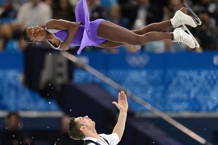 Het Franse paar Vanessa James en Morgan Cipres tijdens de landenwedstrijd bij het kunstrijden (PRO SHOTS/Witters)