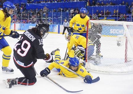 Het gaat er stevig aan toe bij het damesijshockey tijdens de wedstrijd Japan - Zweden (PRO SHOTS/Bildbyran)