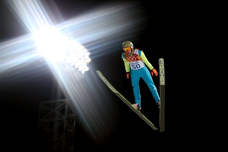 Onder het kunstlicht vliegt Kamil Stoch naar de olympische titel (PRO SHOTS/GEPA)