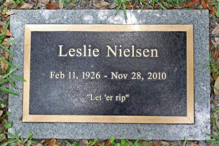 De grafsteen van Leslie Nielsen
