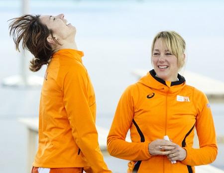 Margot Boer is door het dolle heen na het behalen van de bronzen medaille op de 500 meter. Haar coach Marianne Timmer geniet van de vreugde van haar pupil (PRO SHOTS/ANP)