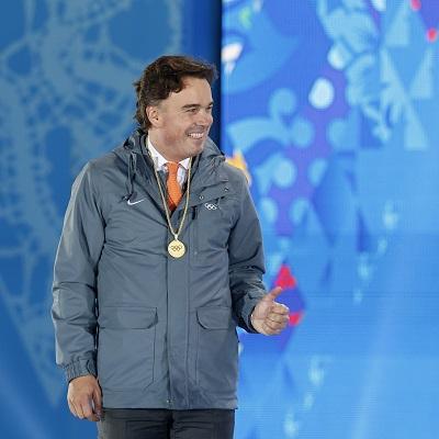 IOC-lid Camiel Eurlings mocht de medailles uitreiken en daar was hij duidelijk mee in zijn nopjes (PRO SHOTS/Henk Jan Dijks)