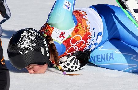 Tina Maze kust de sneeuw waarop ze zojuist de gouden medaille op de afdaling heeft gewonnen (PRO SHOTS/GEPA)