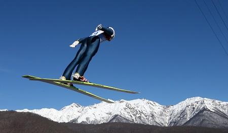 De afsprong van Yoshito Watabe bij het schansspringen van de noordse combinatie levert een foto met een adembenemend uitzicht op. Watabe zou uiteindelijk de zilveren medaille veroveren (PRO SHOTS/GEPA)